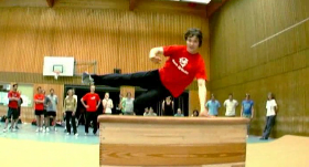 Parkour in einer Turnhalle